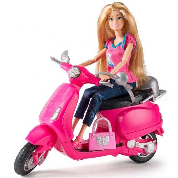 Judith dukke på scooter